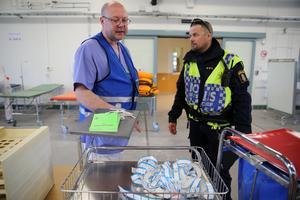 Thomas Lindberg, verksamhetschef akuten Mora lasarett och Fredrik Johansson, Polisen Mora tog om hand identitetsbanden, som patienterna fick under övningen.