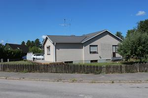 Det här huset på Lönngatan 2 i Sala såldes för 2 685 000 kr.