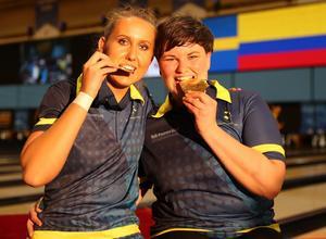 Josefin Hermansson, till höger, tillsammans med Jenny Wegner, efter guldet i dubbel vid dam-VM i Las Vegas för två veckor sedan. Foto: Svenska bowlingförbundet