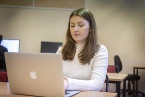 Ella Brodin sitter ofta i specialpedagogernas rum. Här hittar hon studiero och kan också få hjälp om hon behöver.