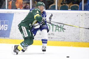 Mikko Pukka gör som han ofta gör, hindrar ett anfall från motståndarlaget. Foto: BILDBYRŁN