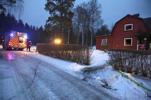 Utvändigt synes villan vara i stort sett oskadad, men invändigt ser det mycket värre ut, enligt räddningsledaren Pelle Sundström. Han berättar att styrkan om sex man hade släckt branden efter cirka tio minuter.