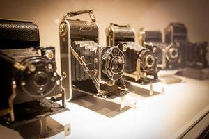 På kameramuseet finns bland annat ett stort antal bälgkameror - här i kompakt form.