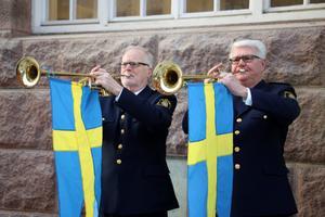Trumpetfanfar med representanter från Polisens musikkår.