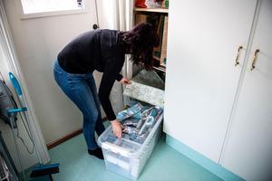 Krislådan förvarar Elin Holmberg i en garderob i huset, nära till hands och lätt att ta fram om behovet skulle uppstå.