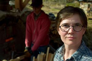 Matilda Haritz Svensson, konstnär, jobbar med keramikskulpturer till föreställningen