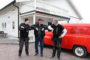 Nöjd trio skakar armbåge. Affären är klar, Kossan och Kalven alias Bo och Kent Persson tar över Källbergs byggnadsvård.