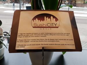 Instruktioner väntar på borden som om det vore Michelin-standard på Sushi city.
