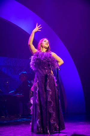 Stina Joza gör en start debut i årets show och bjuder på flera fina sånginsatser.