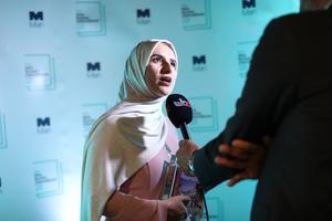Jokha Alharthi pratar med medier efter att ha tagit emot priset i galalokalen The Roundhouse i London. Foto: Isabel Infantes/AFP/TT