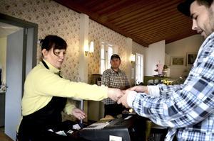 Makarna Carina och Robert har öppnat kafé i Sannerud bredvid Tiveds handel. John Lindqvist är fikasugen.