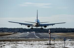 Det blir onödiga utsläpp när flygplan tvingas cirkulera i luften i väntan på att få landningstillstånd, skriver insändarskribenten. Foto: TT