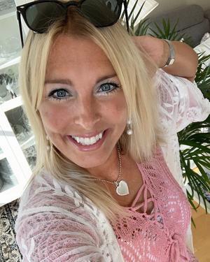 """Susanne Bostrand är glad att hon är den som slipper göra val nu när hon medverkar i Bonde söker fru. """"Jag tyckte att det var väldigt tufft och jag fick flashbacks från skolan när man skulle välja lag i gympan, det känns aldrig bra att välja bort någon"""" säger hon."""