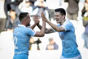 Eric Larsson och målskytten Marcus Antonsson jublar efter 1–0-målet. Foto: TT/Andreas Hillergren