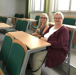 Nenne och Gunilla Persson hittade sin gamla bänk i kemisalen, fast numera var de mjuka stolar med stoppning. Foto: Privat