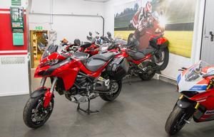 Christoffer Wennerström uppskattar att de tar emot runt 400-450 motorcyklar om året.