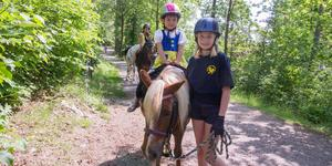 Naemi Ekman, 5 år i folkdräkt passade på att rida på en ponny från Köpings ridklubb. I bakgrunden Alba Tottmar, 8 år. Till höger Filippa Löwdin från ridklubben.