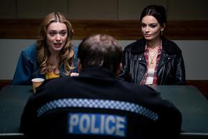 Aimee Lou Wood och Emma Macke i Netflix-serien