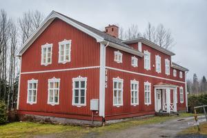 Huset är en före detta skola, som byggdes på 1830-talet.