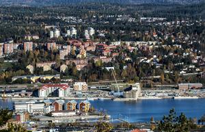 Två pågående byggen reser sig på Norra kajen: Lillskärs projekt Prima och kommunens äldreboende strax bakom. Men fyra kvarter till är planerade, varav tre precis till höger om de två byggena.