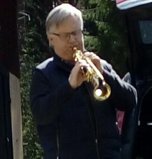 Seth Olofsson spelar saxofon.