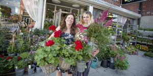 Eva Brodin och dottern, tillika delägaren, Hanna Brun driver tre blomsterbutiker. Eva B's blommor i Järna öppnade i november förra året.