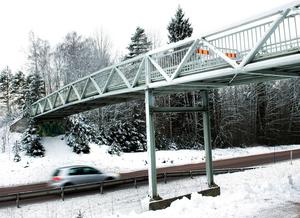 Pia Modin vill att det ska bli lättare – och säkrare – att korsa 70:an, kanske via en gångbro av den här typen.