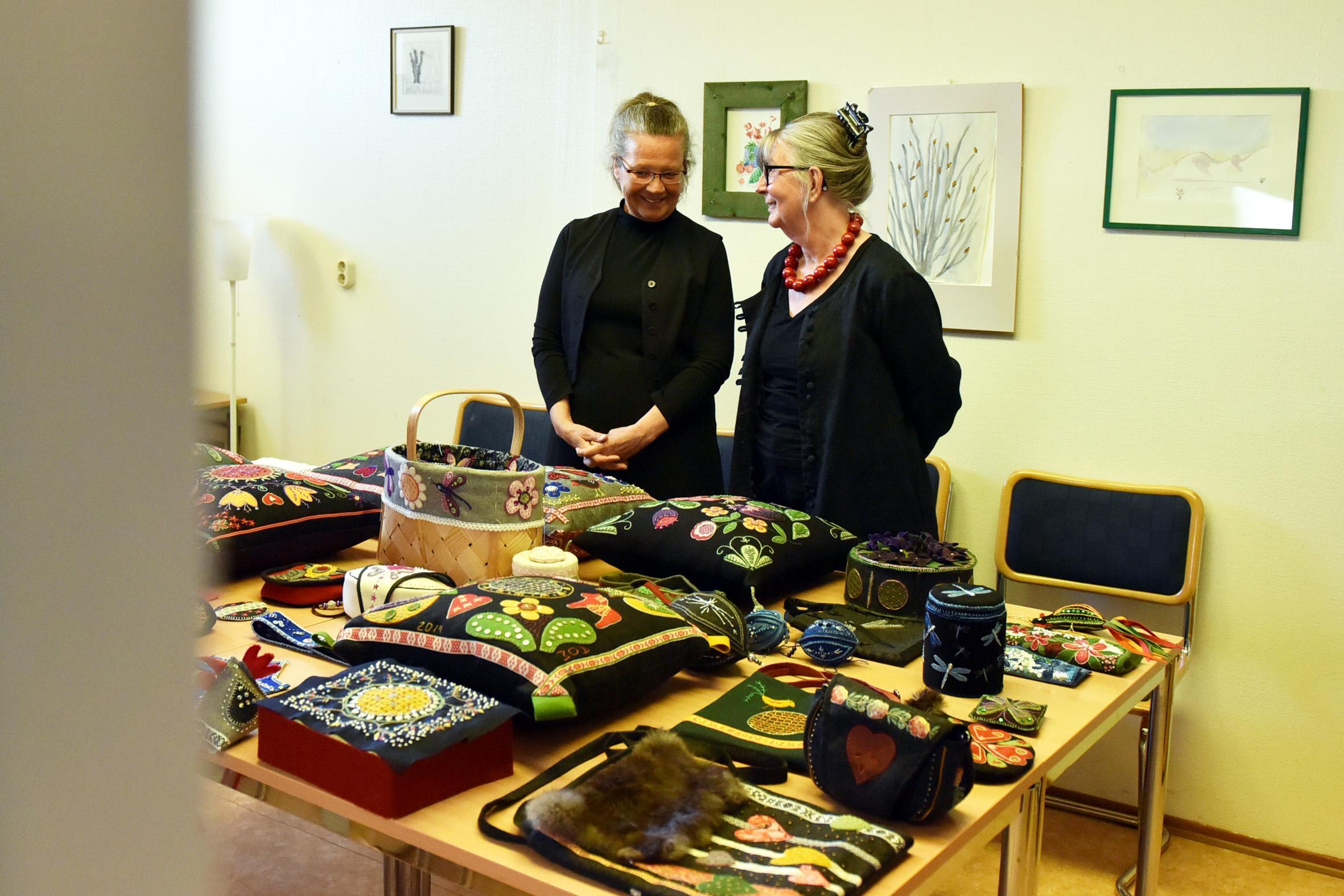 Åsa Westman och Backans Gun Johnsdotter tittar på ett axplock av det som deltagarna skapat under kursen.