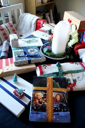 Jessica har bland annat slagit in fotografier på barnen och återvunna kläder. Vem som ska få vad visar sig på julafton.