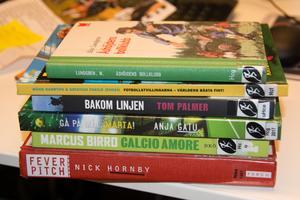Några av de böcker om fotboll Tomas Rex läst.