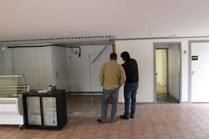 Sören Nord och Hayder Al Mrayatee står i Hamnkiosken. Al Mrayatee visar Nord kontraktet och att hantverkarna inte slutfört sitt arbete som de skulle.