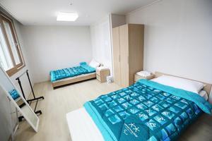 Så här kan ett sovrum i OS-byn se ut. Foto: Pocog (Bildbyrån).