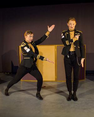 Foto: Kajsa Wadström. Skådespelarna Åsa Gustafsson och Helena Hedlund ser nästan ut som tvillingar i sina uniformer.