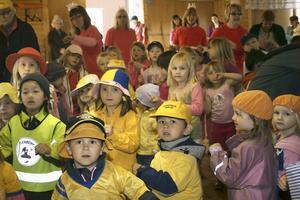 Förskolebarnen sögs med i sången och spexandet. De släppte inte blicken från vad som hände uppe på scenen.