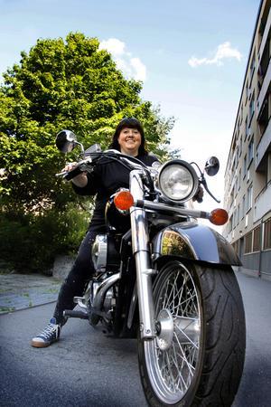 Lena är president i klubben Cruisers for life och ansvarar för onsdagsturerna. Själv  kör hon en Honda Shadow, men tänker byta till en mer smidig hoj, helst en Suzuki Bandit 1200.  (När hon kör har hon givetvis hjälm och skyddskläder på sig.)