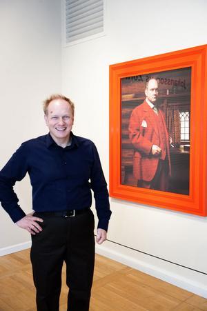 Peter Johansson intill sin replik på Zorns Porträtt i rött.