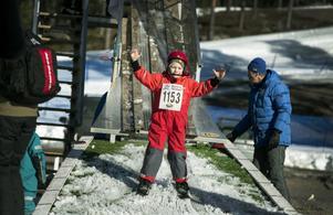 Albin Morelius från Falun passar på att testa backhoppning under Barnens Skidspel och landar lyckligt på fötterna.