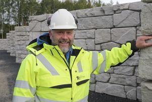 Platschefen Matti Johansson har haft roligt på jobbet vid det legoklossliknande bygget av containerrampen.