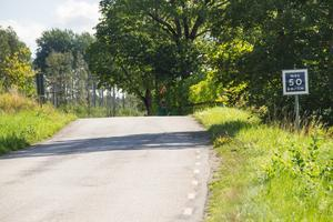 Enligt Hans och Margaretha Olsson är det inte många som bryr sig om den rekommenderade hastigheten på 50 kilometer i timmen, speciellt inte sedan en 70-skylt sattes upp strax innan.