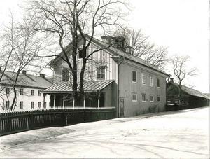 Det här huset vid Skultunavägen byggdes 1854 och blev hem för Lewenhaupts flickskola. Bilden är tagen i slutet av 1920-talet. Foto:  Ernst Blom/VLM