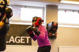 Elin Norberg både tävlar och tränar boxning. Hon har varit med i över ett år och tycker att det var tråkigt att höra om inbrottet.