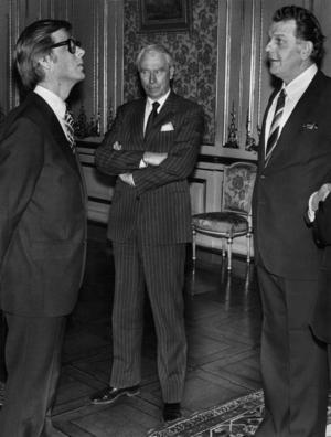 Utrikesminister Olla Ullsten (FP), ekonomiminister Gösta Bohman (M) och statsminister Thorbjörn Fälldin (C) på Stockholms slott för att uppvakta kungen på hans 35-årsdag 1981.