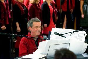 Så såg man ofta Örjan Lidén på senare år - framför sin kör som framförde program bestående av hans enastående samhällssatir.