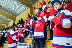 Kovland hade bra stöttning från hemmasupportrarna, här ett gäng unga fans som höll igång med trumma och sång.