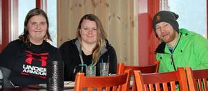 Jenny Moen, Linnea Matsson och Andreas Johansson, passar på att åka skidor när de inte jobbar på anläggningen.