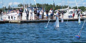 SM-segling i miniatyr avgörs vid vågbrytaren i Nynäshamn. Foto: Privat