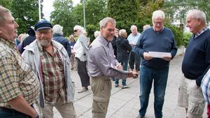 Ett femtiotal sommarstugeägare kom till fullmäktigesammanträdet för att ställa medborgarförslag. På bilden ses bland andra Roland Karlsson och Anders Segerberg från styrgruppen.