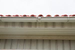 Spår av att regnvatten inte hamnar i hängrännan oroar Imre Sutus. Representanter från LB hus menade att orsaken är vind.