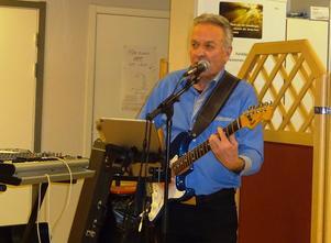 Kent Sundberg sjunger romantiskt till gitarrspel och färdiga bakgrunder vilket inbjöd till samtal under dansens turer på Kom In. Foto: Kjell Larsson