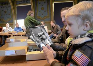 Nu är det dags för Arkivens dag på lördag. Här från ett tidigare år i Kopparbergs tingshus  med Oscar Strandberg, en av de  yngsta besökarna. Arkivbild